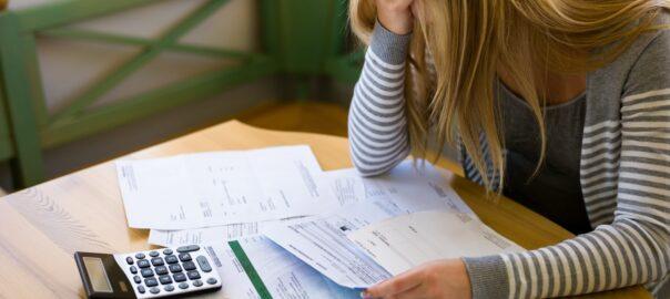 Eine Frau, die überlegt die Schuldnerberatung der Kanzlei Braun in Anspruch zu nehmen