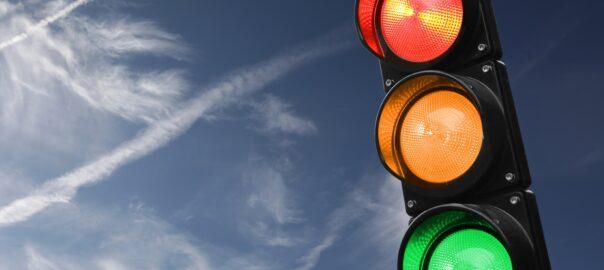 Gelbes, rotes und grünes Licht einer Ampel leuchten