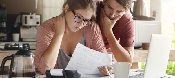 Ehepaar schauen sich offene Rechnungen an