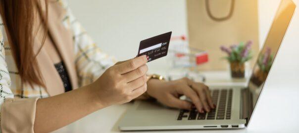 Frau zahlt online mit Kreditkarte