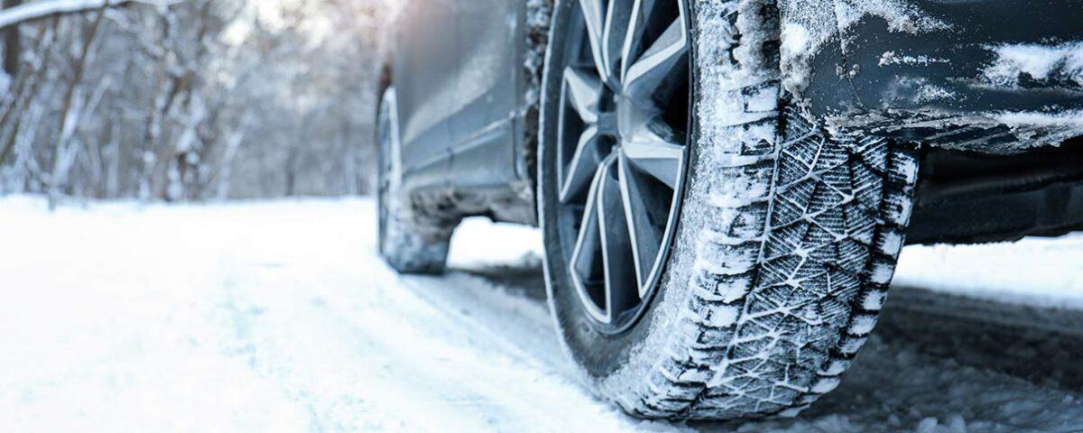 Auto im Schnee mit Winterreifen