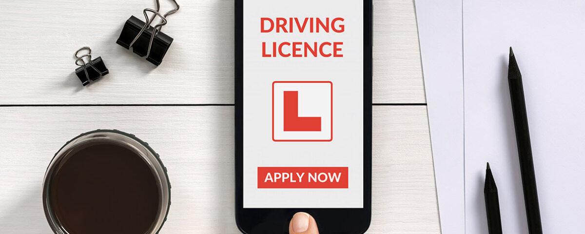 Smartphone zeigt App für den Führerschein