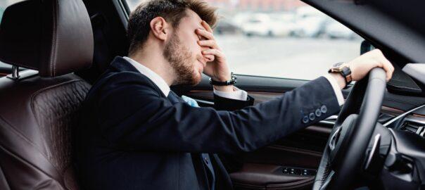 Fahrer genervt von Unfall mit Neuwagen