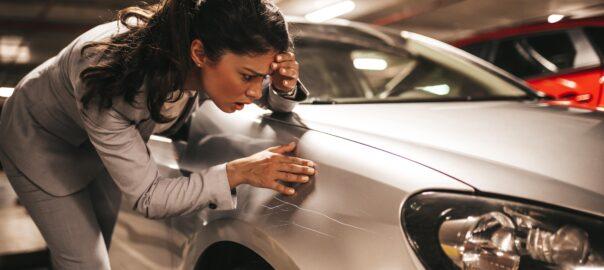Frau entdeckt Schramme an Auto