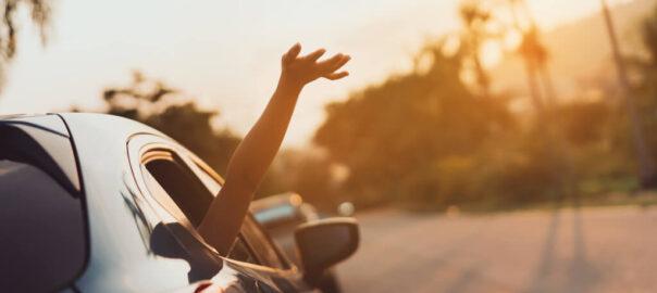 Beifahrer streckt seine Hand aus dem Fenster