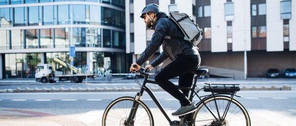 Fahrradfahrer auf einem Radweg