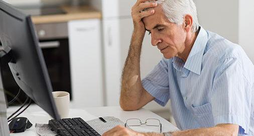 alter mitarbeiter im büro