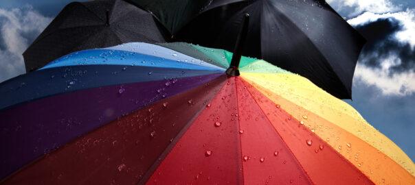 Schutzschirm mit regenbogenfarben