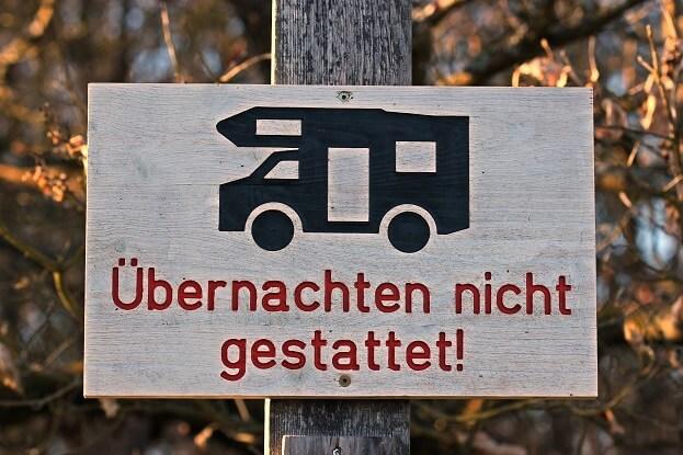 Schild mit Wohnmobil und Aufschrift Übernachten nicht gestattet