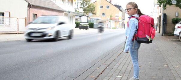 kind möchte Strasse überqueren