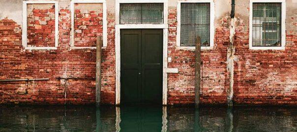 Haus, welches unter Wasser steht - Insolvenzrecht