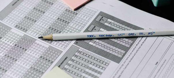 Bleistift, der auf einer Führerscheinprüfung liegt - Verkehrsrecht